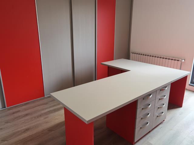 Pisaćim stolovi i ormar za arhivu