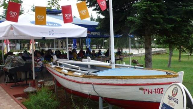 Kod barke - mjesto okupljanja_Umag 2008.