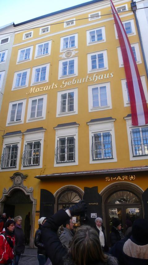 Salzburg_2012.-Ispred rodne kuće Mozarta