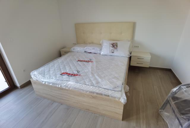 Krevet sa tapeciranim uzglavljem