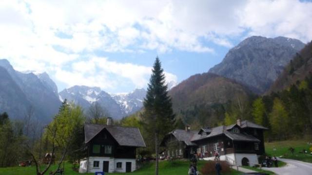 Kamniška bistra - planinarski dom podno Kamniških Alpa