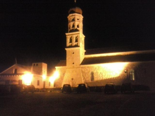 Betinska crkva i kampanel u noći
