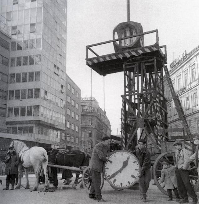 Zagreb - postavljanje sata na Trgu bana Josipa Jelačića - 1960. godina