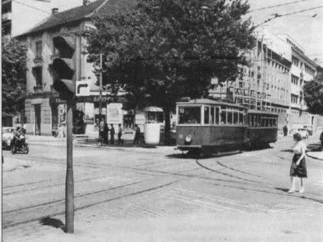 Zagrebački tramvaj i prometni policajac u kućici na uglu