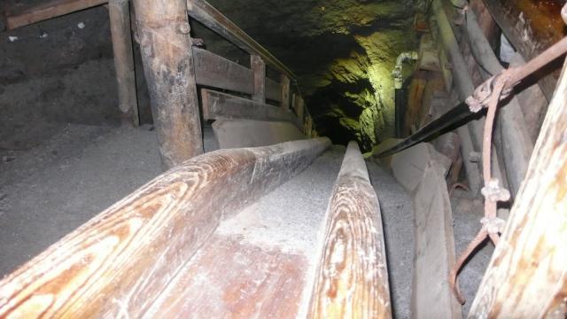 rudari su ovakvim toboganima spuštali rudaču kamene soli s jednog nivoa ma drugi
